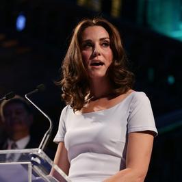 Księżna Kate Middleton w skromnej kreacji. Pasuje jej ta stylizacja?
