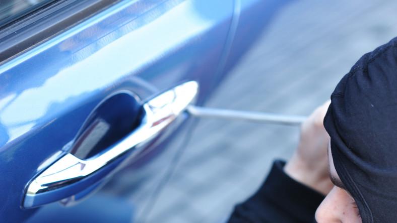 Z danych Komendy Głównej Policji wynika, że przez 12 miesięcy 2013 roku złodzieje ukradli w Polsce niemal 15 600 samochodów (to ok. 640 mniej niż w całym 2012 roku). Mundurowi podkreślają, że z pierwszej dziesiątki przestępczych hitów wypadły fiat cinquecento i skoda octavia - złodzieje zmienili upodobania i przestawili się na takie auta jak ford mondeo i toyota corolla. Co ciekawe, statystyki dotyczące kradzieży aut przedstawiają się zupełnie inaczej w skali kraju i w skali Warszawy - w stolicy giną zupełnie inne modele pojazdów niż na pozostałym terenie Polski. Zobacz, jakie samochody najczęściej kradli złodzieje w 2013 roku…