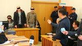 Policjanci bili i torturowali więźniów paralizatorem. Celowali w jądra