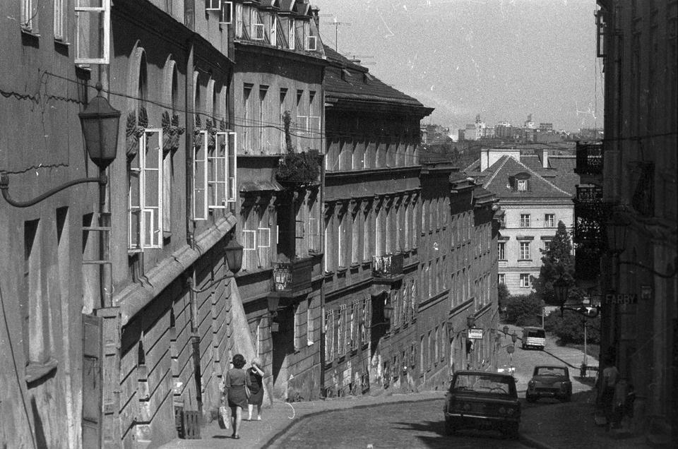 Ulica Bednarska w Śródmieściu, widok w stronę Wisłostrady i Wybrzeża Kościuszkowskiego