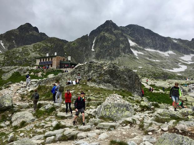 Téryho Chata. W głębi widoczny Mały Lodowy (Široká veža, 2461 m), Lodowa Kopa (Malý L'adový štít, 2602 m) i Lodowy Szczyt  (L'adovy štít, 2628 m)