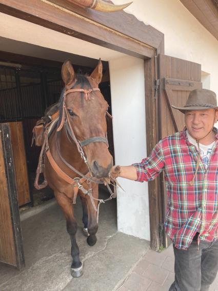 Balogh Levente hat saját lovat tart a tanyáján