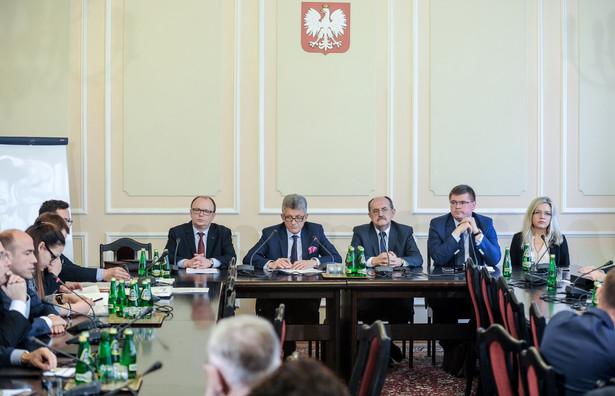 Za pozytywną opinią dla kandydatury Jędrzejewskiego było 16 posłów, 11 przeciw