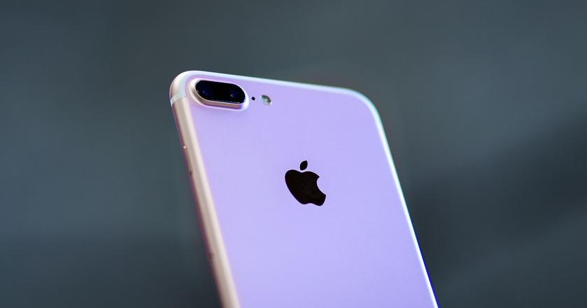 Oprogramowanie i sprzęt w iPhone'ach tworzone są przez jedną firmę, czyli Apple - dzięki temu łatwiej wprowadzać nowe funkcje i nadzorować rozwój produktu