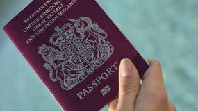 Gdy odebrał swój nowy paszport, to zobaczył, że wygląda jak... Adolf Hitler