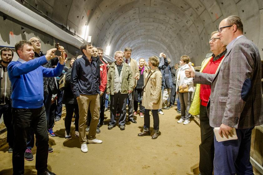 Kampania wyborcza w pełni. Samorządowcy lansują się na budowach. Prezydent Sopotu Jacek Karnowski przyjechał aż do Gdańska by się pokazać na dniu otwartym tunelu pod Martwą Wisłą
