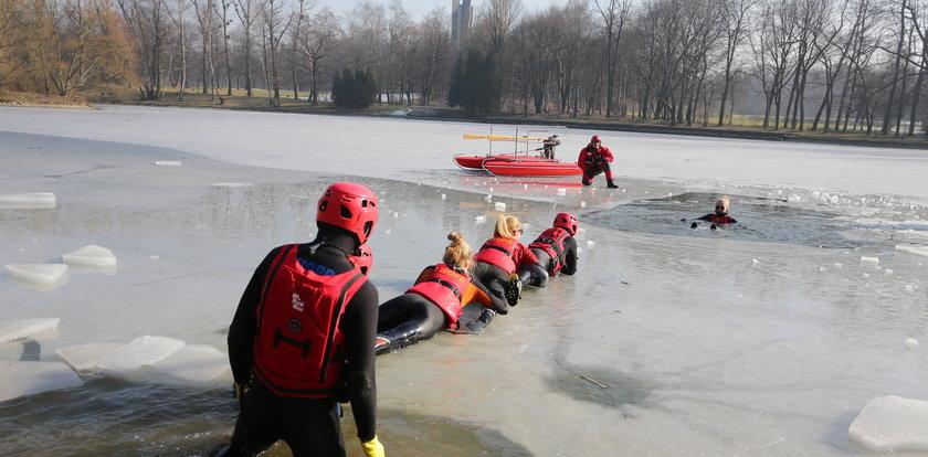 Ratownicy ćwiczyli na zamarzniętym stawie