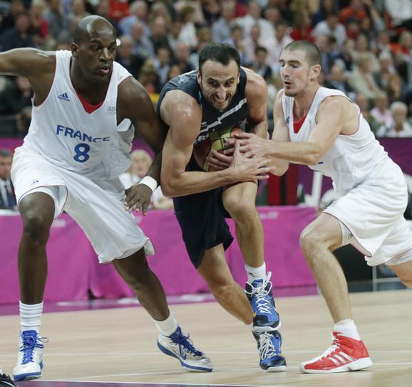 Detalj sa Olimpijskih igara: Ali Traore i Nando de Kolo u duelu sa Emanuelom Đinobilijem