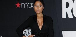 Sztuczne piersi Nicki Minaj przy ściance