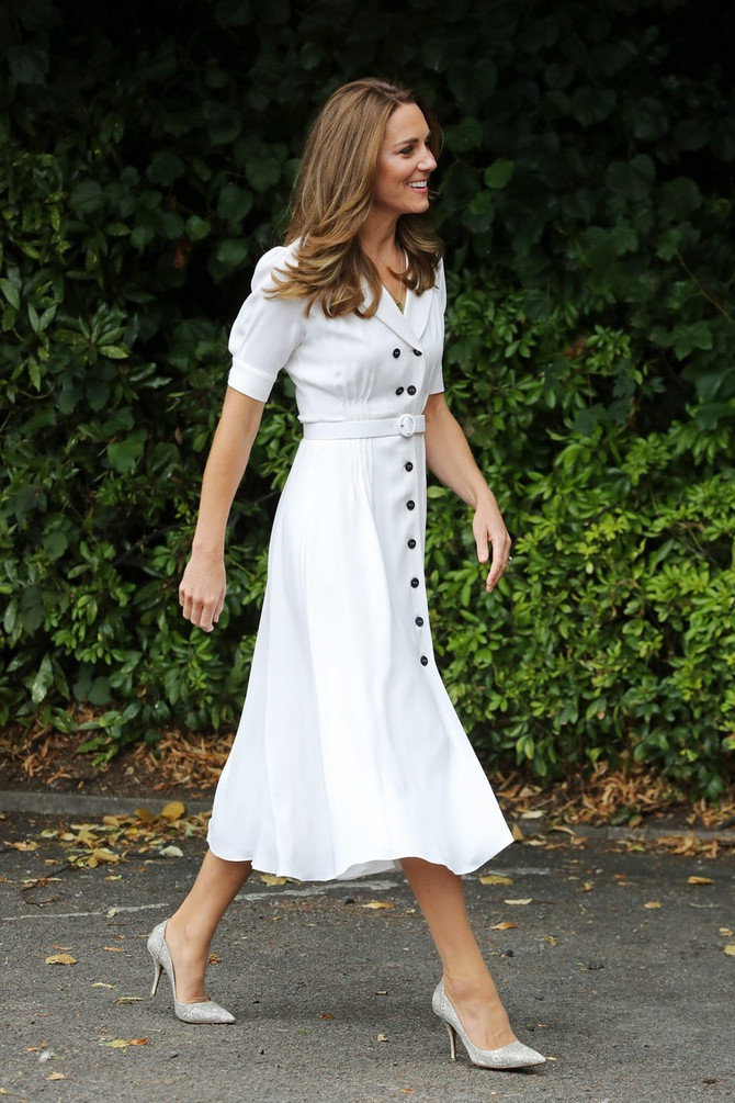 Kejt je izabrala belu midi haljinu retro kroja