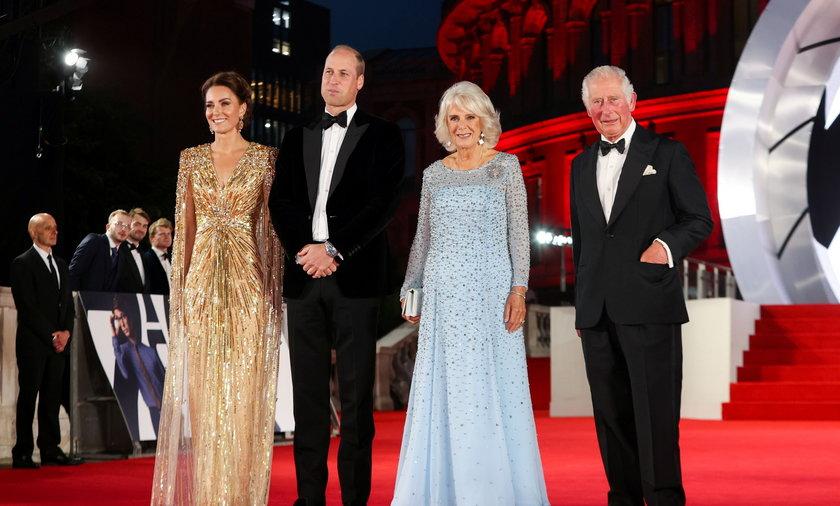 """Kate Middleton, książę William, księżna Kamila i książę Karol na premierze filmu o przygodach Jamesa Bonda """"Nie czas umierać"""" (""""No Time to Die"""")"""