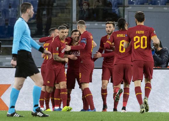 Fudbaleri Rome proslavljaju pogodak protiv Genta