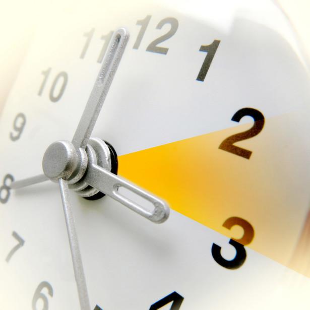 Dlaczego zmieniamy czas w nocy z godziny na 2 na 3 i odwrotnie? Jest to oczywiście związane z koniecznością ochrony przed zakłóceniem funkcjonowania państwa. Zmiana czasu w ciągu dnia mogłaby zaburzyć działanie instytucji, firm, społeczeństwa.