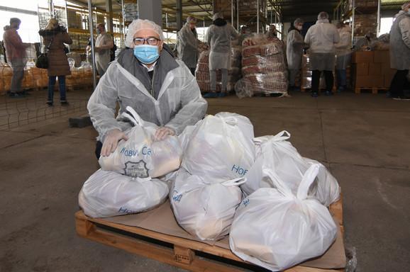 Milos Vučević sa paketima pomoći za penzionere