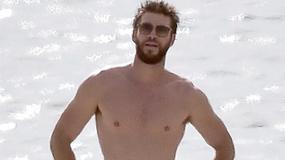Jak Liam Hemsworth prezentuje się bez koszulki?