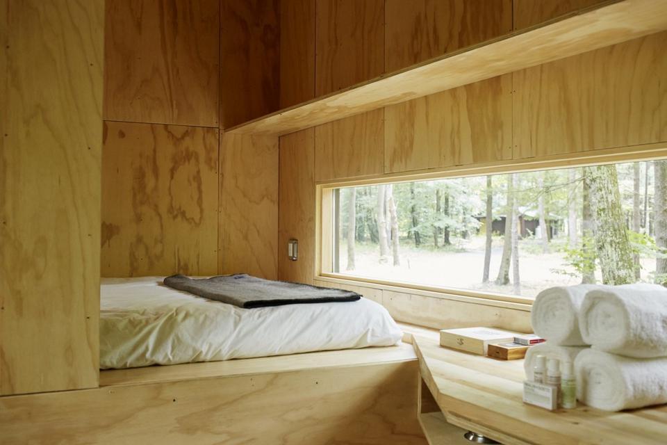 Na całej ścianie znajduje się za to pojedyncze okno pozwalające podziwiać naturę z wewnątrz.