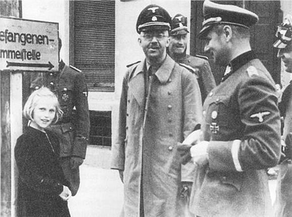 Gudrin sa ocem obilazi koncentracioni logor Dahau