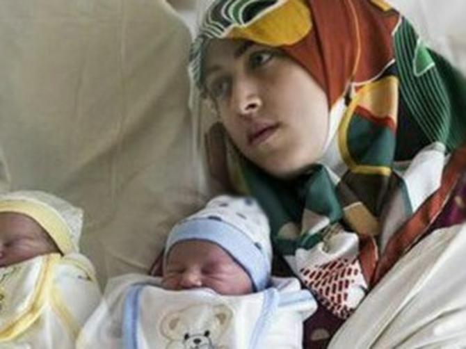 Majka (42) i ćerka (21) porodile su se U ISTO VREME: I dala su deci imena o kojima danas priča CEO SVET