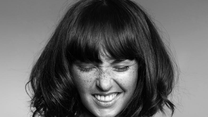 """Sama Marcelina Stoszek (rocznik 1986, absolwentka Akademii Muzycznej w Katowicach) odpowiada niemal za wszystkie teksty na """"Wschodach/Zachodach"""", jest też współautorką muzyki"""