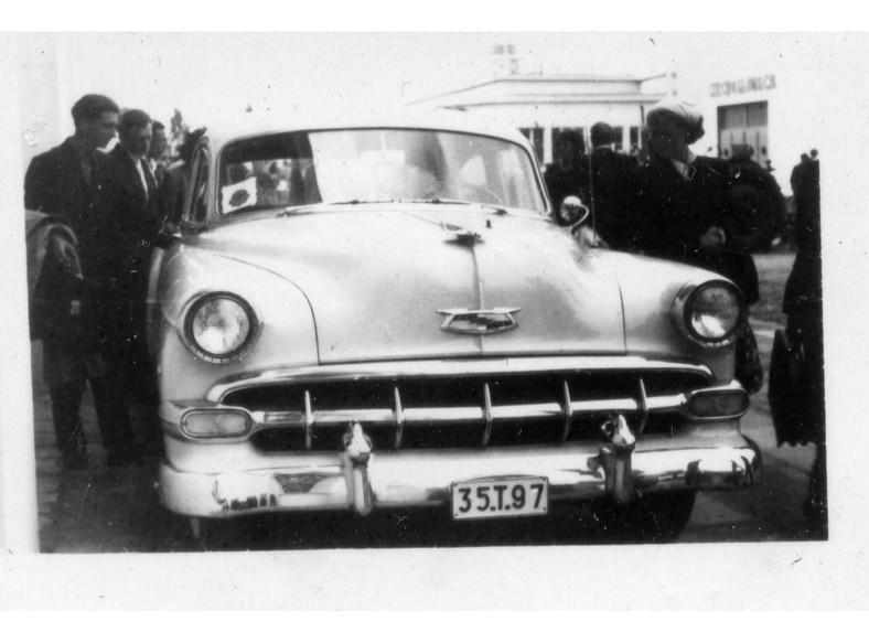 Chevrolet zaparkowany na terenie Międzynarodowych Targów Poznańskich. Połowa lat 50