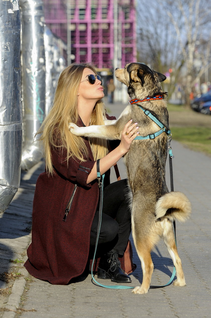 Marcelina Zawadzka na spacerze z psem