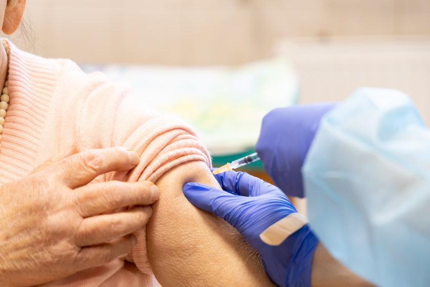 Zapisy na szczepienia dla osób w wieku 67 i 68 lat. Do kiedy trwa rejestracja?