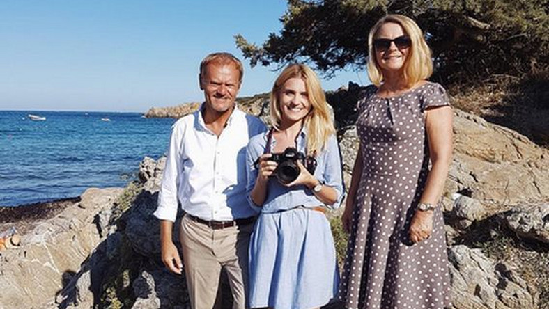 Donald Tusk w towarzystwie żony i córki na włoskich wakacjach. Były premier wygląda na bardzo zrelaksowanego.
