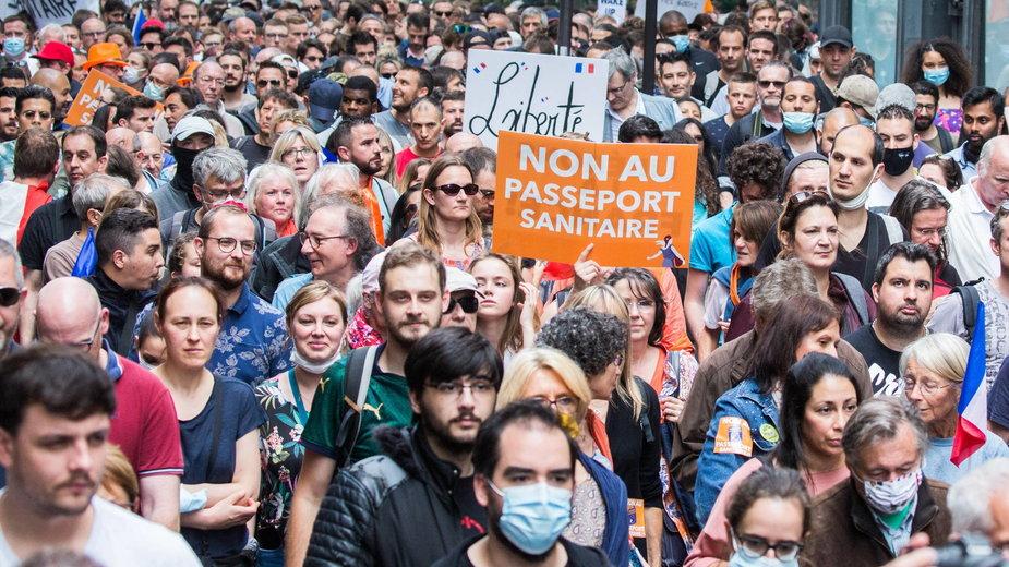 """Demonstracja w Paryżu- """"Nie dla pszportu covidowego"""""""