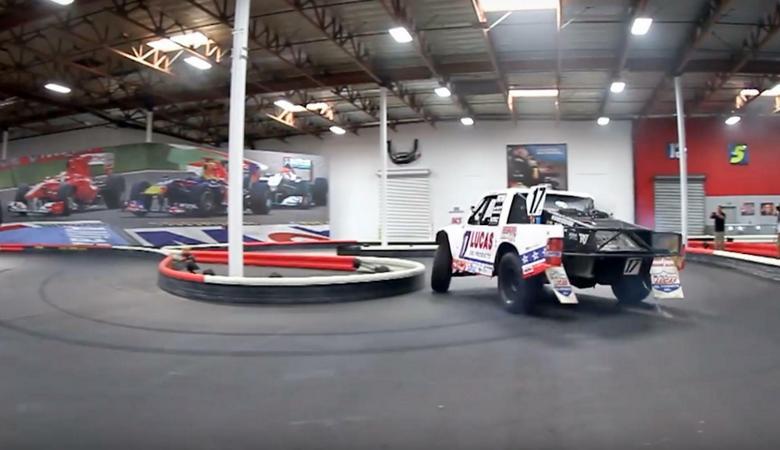 Wyścigowy pick-up na torze kartingowym