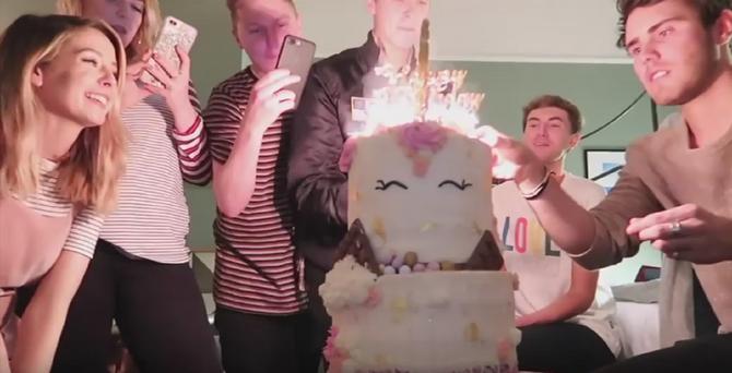 Godina se završava duvanjem svećica za 27. rođendan