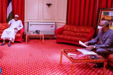 President Muhammadu Buhari receiving update from NCDC  boss Ihekweazu (Right)(Presidency)
