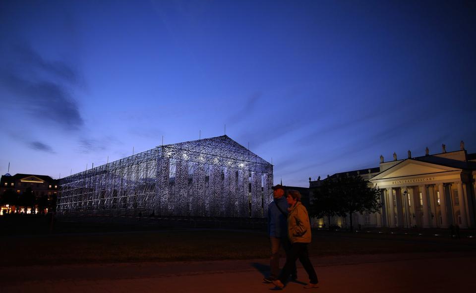 """Partenon z zakazanych książek w Kassel. Wśród tytułów """"Ferdydurke"""""""