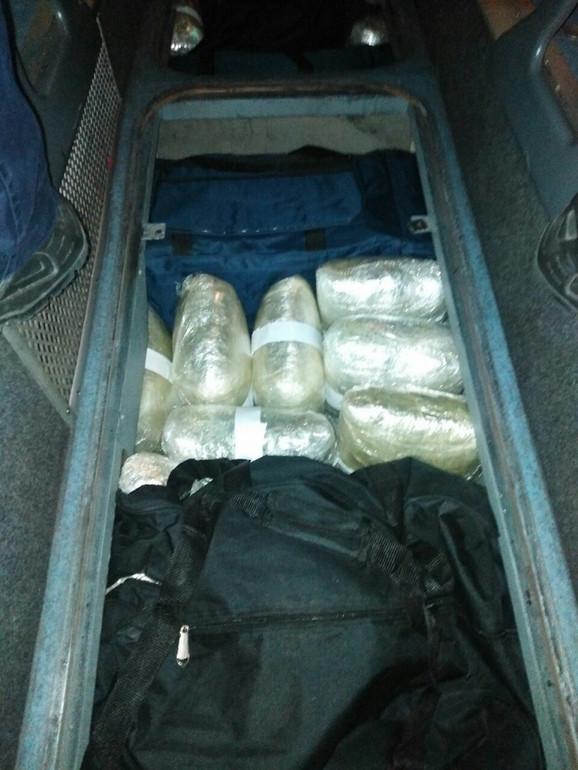 Pas Neron je nanjušio drogu u podu autobusa