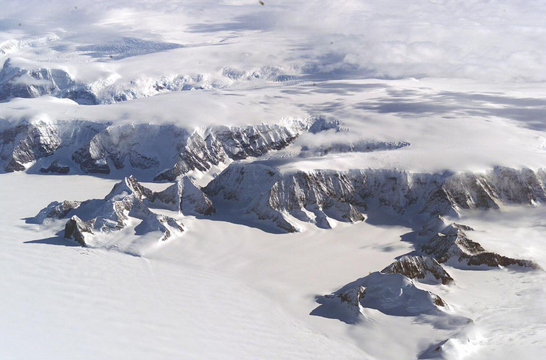 Górna część zdjęcia pokazuje wybrzeże Antarktydy, dolna - lodowiec szelfowy Larsena