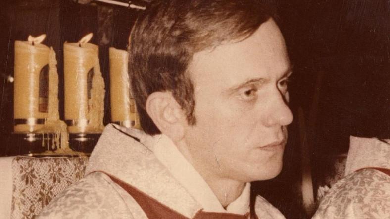 Ksiądz Jerzy Popiełuszko (fot. Andrzej Iwański, CC BY-SA 3.0, https://commons.wikimedia.org/w/index.php?curid=44334144)