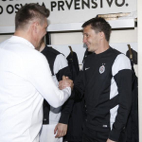 Savo Milošević pozdravlja se sa legendom Partizana Sašom Ilićem