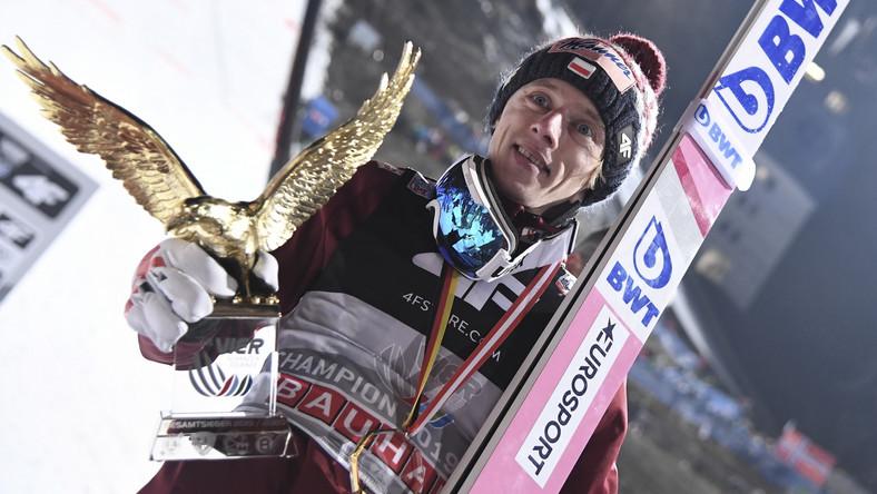 To trzeci z rzędu rok, w którym Kubacki cieszy się z dużego sukcesu - w 2018 cieszył się z olimpijskiego brązu w drużynie w igrzyskach w Pjongczang, a 1 marca 2019 w austriackim Seefeld wywalczył tytuł mistrza świata na obiekcie normalnym.