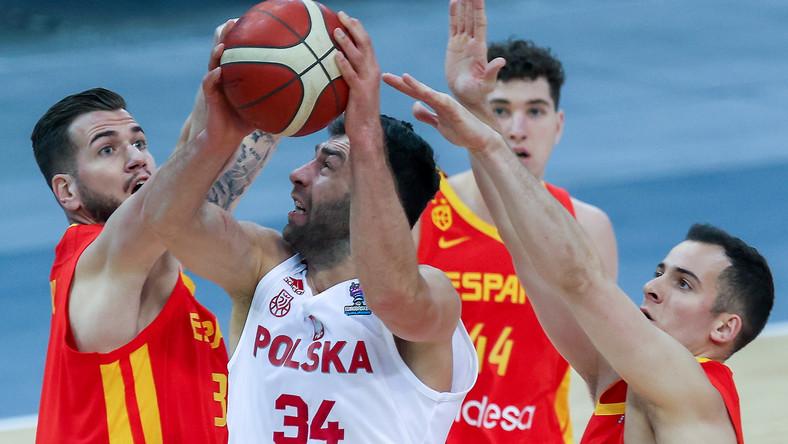 Polak Adam Hrycaniuk (C) oraz Hiszpanie Fran Guerra (L) i Miguel Salvo (P) podczas meczu eliminacyjnego do koszykarskich mistrzostw Europy mężczyzn 2022