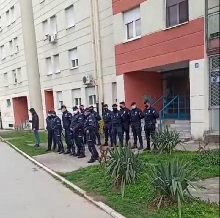 Policija ispred zgrade u kojoj se odigrava drama