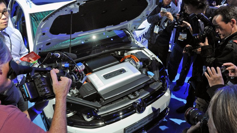 Inżynierowie Volkswagena wierzą, że świat potrzebuje oszczędnych samochodów dlatego co chwilę serwują kierowcom nowe pomysły na ekonomiczną jazdę. Tym razem Volkswagen pochwalił się nowym golfem w wersji HyMotion. Co auto kryje pod białą karoserią?