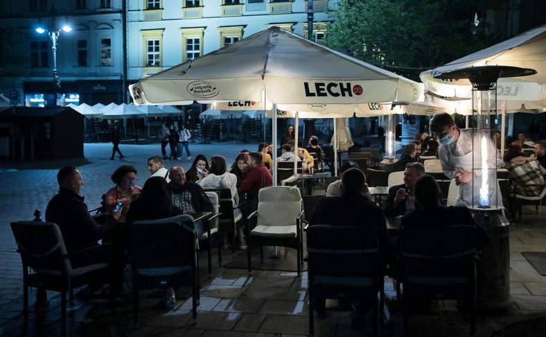 Goście w ogródku jednej z restauracji w Krakowie