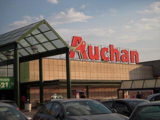 Auchan musi wypłacić zasiłek na dziecko bez względu na 500 plus