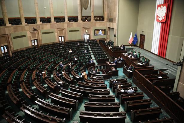Sejm wznowił w środę prace nad projektami tarczy antykryzysowej: rządowym oraz PSL-Kukiz'15. Posłowie zajęli się sprawozdaniem komisji finansów, która pracując nad projektem rządowym wprowadziła do niego kilkanaście poprawek, w tym rozwiązania z projektu Koalicji Polskiej
