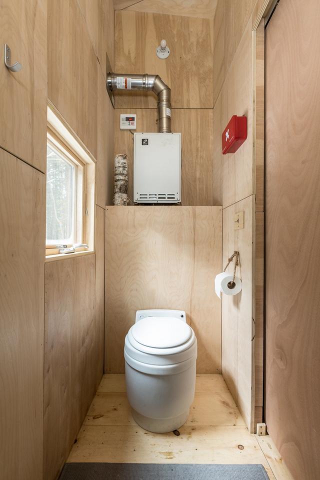 Panele słoneczne dostarczają elektryczności i zasilają toaletę.
