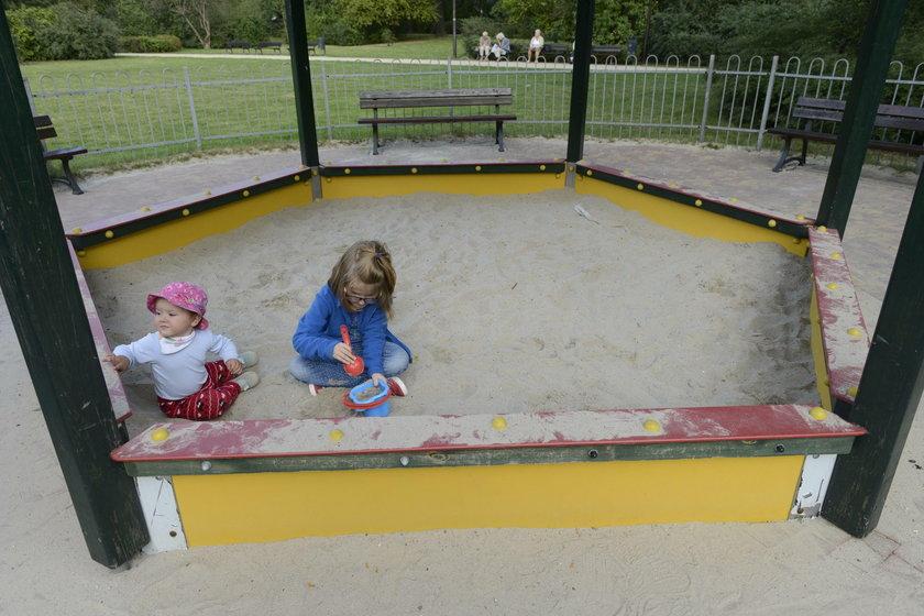 Jagódka Poziemska (1 r.) uwielbia bawić się z koleżankami w piaskownicy