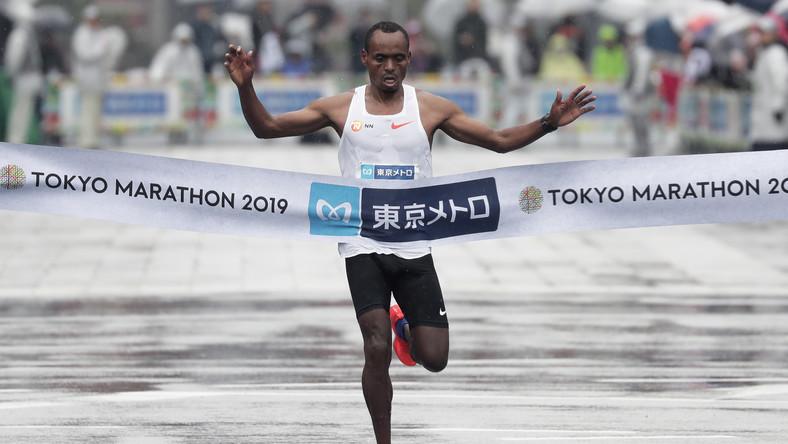 Etiopczyk Birhanu Legese na mecie tokijskiego maratonu w 2019 roku