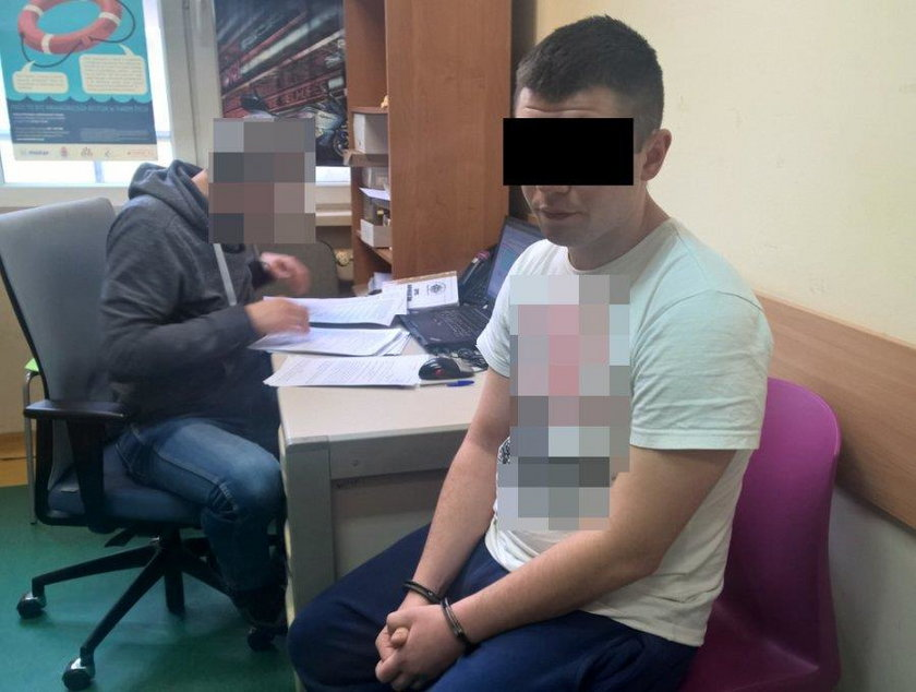 Rasistowski atak w Warszawie. Dlaczego policja zamazuje koszulki zatrzymanych?