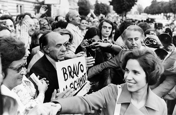 Protest przeciwko procesowi Klarsfeldów, oskarżanych o próbę porwania byłego szefa gestapo w Paryżu Kurta Lischki. Po prawej Beate Klarsfeld. Paryż, 11 lipca 1974 r. fot. Keystone/Hulton Archive/Getty Images