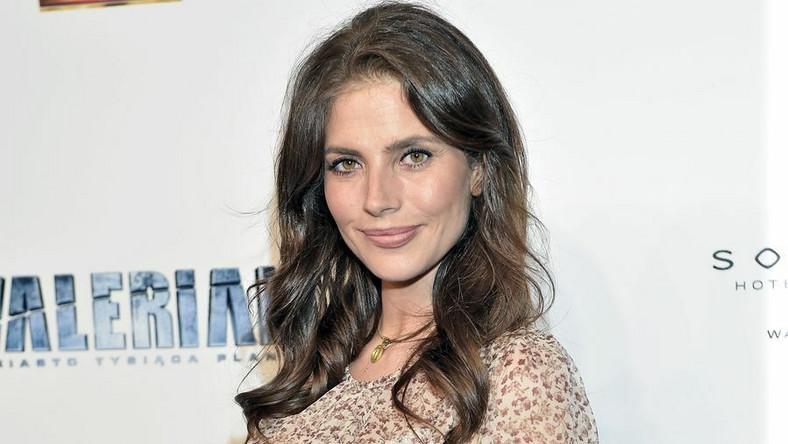 """Aktorka, choć jest już w piątym miesiącu ciąży, brzuszkiem pochwaliła się dopiero na premierze filmu """"Valerian""""."""