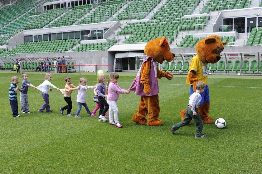 Przedszkolaki na stadionie we Wrocławiu